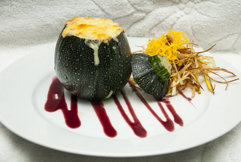 Calabacines redondos rellenos de lacón, beicon y bechamel, gratinados con queso manchego