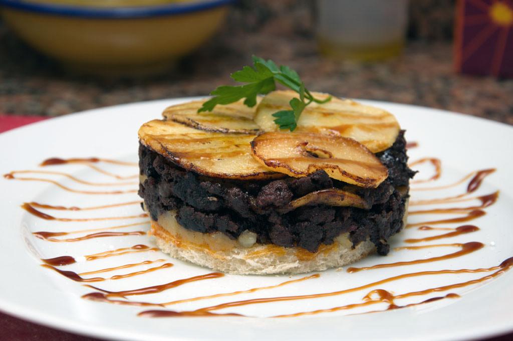 Timbal de Morcilla Ibérica, patata confitada y Manzana