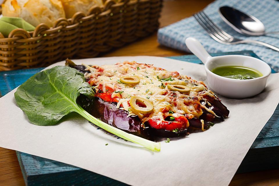 Berenjenas gratinadas con provolone, pavo, verduras y bechamel de curry picante
